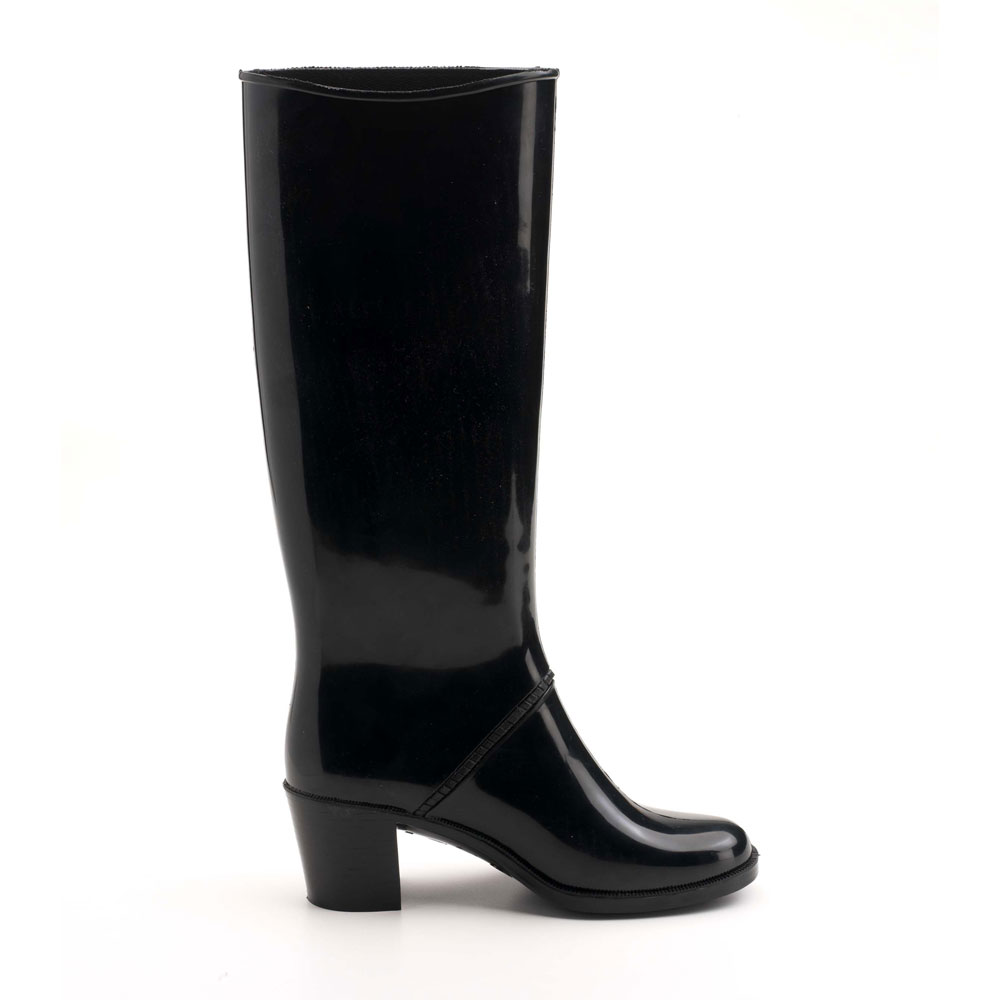 Rainboot with heel and high boot leg, rounded toe-end