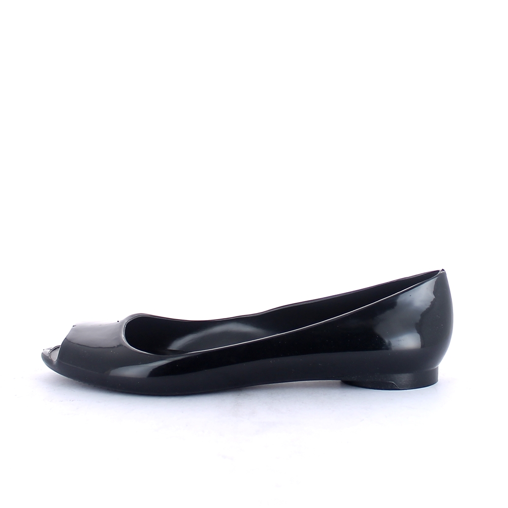 Ballet shoe made of solid colour pvc with bright finish with open toe upper