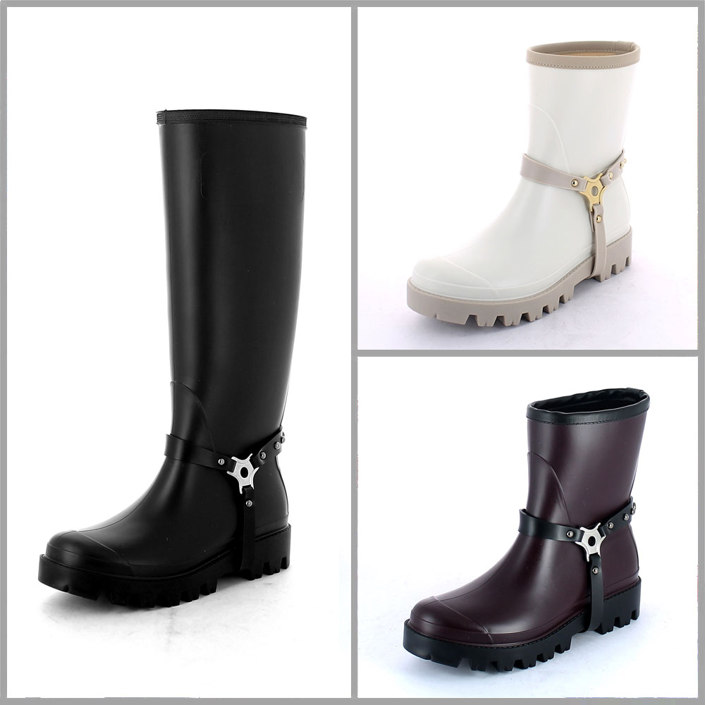 Staffa in pvc con anello a 3 vie e borchie in metallo, applicata a wellington boot con suola carrarmato