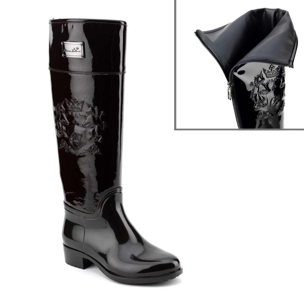 Bootleg at knee height made of patent leather with customized lateral embossed print drawing